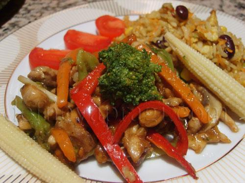 Çin Usulü Sebzeli Tavuk ve Yumurtalı Pilav Vog Tavada